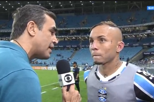 Manchester United 'target' Everton Soares responds to transfer speculation
