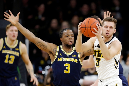 Michigan basketball's lack of depth exposed in loss at Iowa