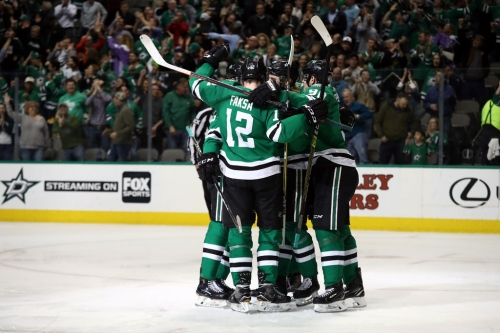 Offensive outburst powers Stars past Coyotes, extends season-long win streak