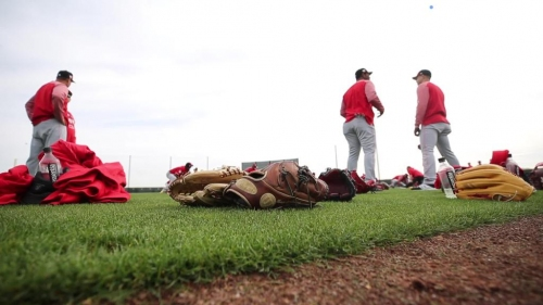 Cincinnati Reds pitchers and catchers hit the field in Arizona