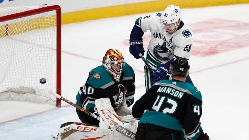 Ducks top Canucks in Murray's debut to end losing streak