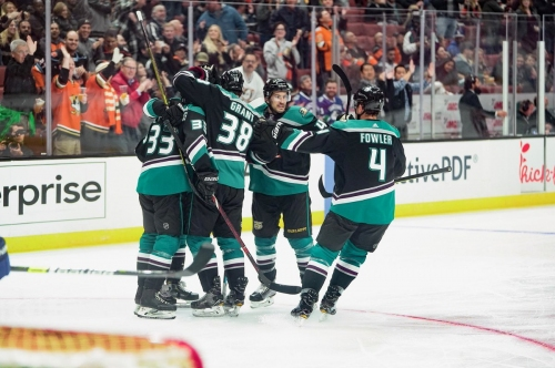 Ducks end 7-game losing streak with shutout of Canucks