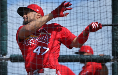 Pena returns to Cardinals to back up Molina, but there's a catch
