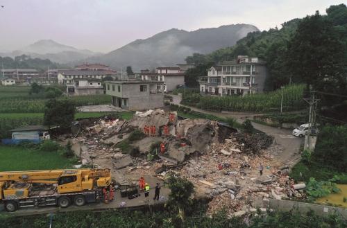 Rescatistas buscan sobrevivientes tras el sismo en China