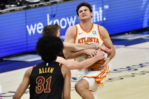 Heartbreak: Hawks blow late lead to Cavaliers, 112-111