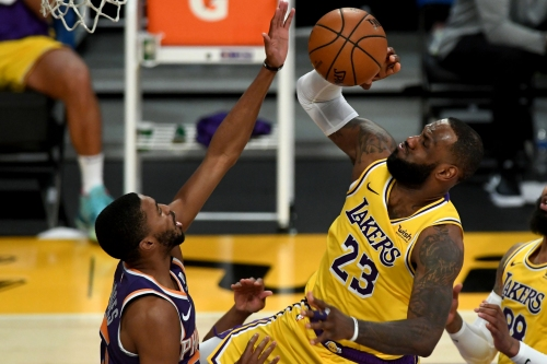 Lakers fade late against Suns despite LeBron James' 38 points
