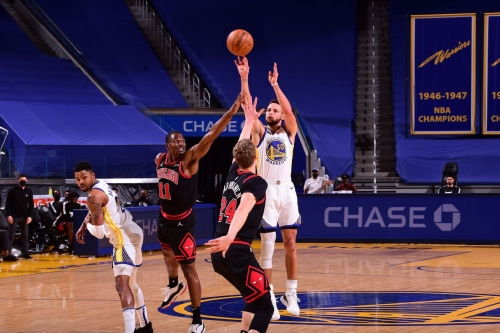 Curry returns, leads Warriors to win over Bulls