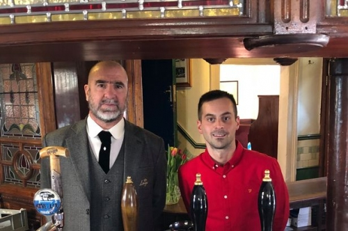 Manchester United icon visits legendary pub ahead of reopening